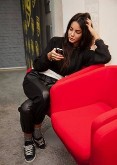 How To Wear Black Outfits It has never mattered what season it is since there are always ways to wear black despite the weather or occasion. A fashionista and non-fashionista can pull of the black outfit effortlessly and celebrities have worn enough to...