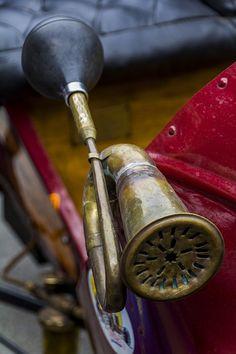 ○ Horn on an oldtimer