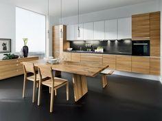 cuisine linéaire avec table en bois d'aspect brut et suspensions
