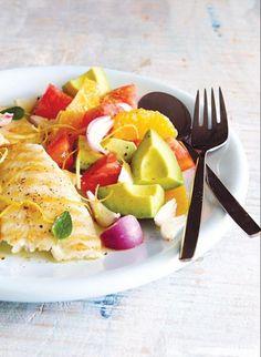 Filete de pescado grillado con ensalada de palta.