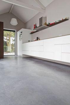 Gevlinderde betonvloer, betonvloer gevlinderd - Willem designvloeren Polished Concrete, Concrete Floors, Interior Inspiration, Kitchen Cabinets, New Homes, Loft, Flooring, Interior Design, Architecture