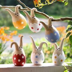 Süße #Osterdekoration: Osterhasen in #Eiern mit Löffelohren zum Aufhängen #Ostern