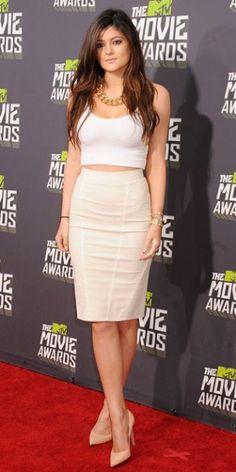 KYLIE JENNER    La hermana de Kim Kardashian mostró su linda figura con una falda entubada y top corto, que lució con stilettos en nude.