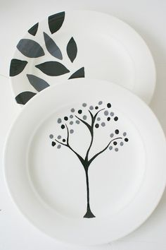 I can never find plates I love to hang on the walls. FYI - this is a foreign site so you can't read the instructions but it seems self-explanatory by the pics. Ceramic Decor, Ceramic Plates, Ceramic Pottery, Pottery Art, Ceramic Art, Decorative Plates, Painted Plates, Hand Painted Ceramics, China Painting