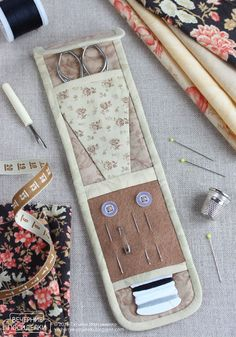 How to sew sewing organizer / Tiny sewing kit tutorial - Evening gatherings Small Sewing Projects, Diy And Crafts Sewing, Sewing Hacks, Sewing Kits, Fabric Crafts, Patchwork Quilting, Costura Diy, Sewing Case, Sewing Baskets