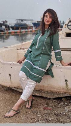 Simple Pakistani Dresses, Pakistani Fashion Casual, Pakistani Dress Design, Pakistani Outfits, Silk Kurti Designs, Kurta Designs Women, Kurti Designs Party Wear, Stylish Dresses For Girls, Stylish Dress Designs