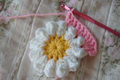 tillie tulip - a handmade mishmosh: Adding rounds to the crochet daisy