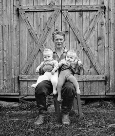 Ismo Hölttö. Man holding twin sons, 1966, Savonia. Great Photos, Old Photos, World Miracles, Stuck In A Moment, Natural Baby, Black And White Pictures, Look At You, Mother And Child, Ancient History