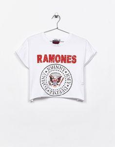Camiseta cropped Ramones rotos. Descubre ésta y muchas otras prendas en Bershka con nuevos productos cada semana