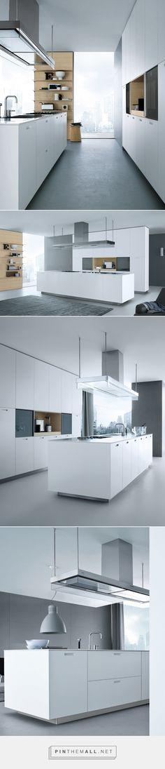 Moderne keuken met keukeneiland | combinatie van wit en licht hout | deels afsluitbare kastenwand | houten wand met wandplanken | Poliform Varenna Kyton...