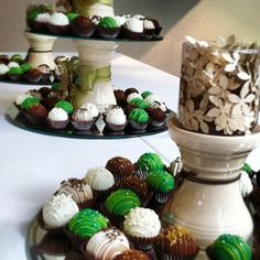 cake ballers cake balls! A pretty setting, a tasty treat. Can't go wrong, hop to it, tuit suite! www.thecakeballers.com #thecakeballers #wedding #holiday #party #yummy #bitesize