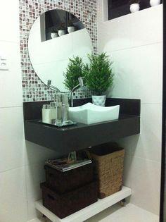 Confira como decorar banheiros pequenos de maneira linda e criativa, capaz de aproveitar totalmente os espaços de seu banheiro para deixa-lo lindo. Comfort Room, Minimalist Apartment, Upstairs Bathrooms, Bathroom Toilets, Bathroom Interior Design, Bathroom Renovations, Bathroom Inspiration, Modern Bathroom, Vanity
