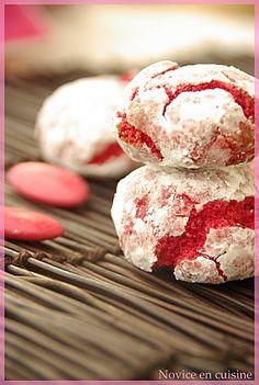 Amarettis pistaches framboises http://noviceencuisine.over-blog.com/article-amarettis-rose-a-la-pistache-coeur-de-framboise-111317860.html