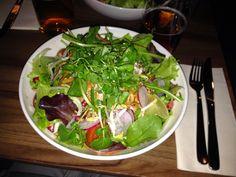 Am Abend ging es für Regina von mucveg ins Gratitude, wo es diesen Pad Thai-Salat gab