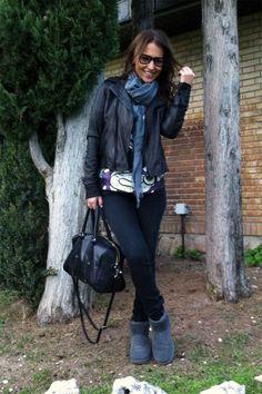 jeans pitillo de MANGO, las botas UGG, la cazadora de cuero de DIESEL, bolso de MANGO y el foulard de H&M MAN.Gafas WAYFARER de RAY BAN