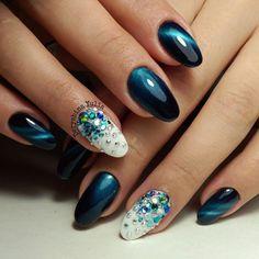 Очень нарядный вариант оформления ногтей, который выглядит чарующе и таинственно одновременно. Сочетание иссиня-черного цвета с ярко-голубым металликом создают впечатление космического ...
