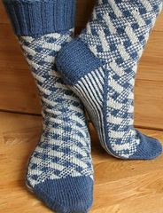 Love this pattern! Plaid Play: Lattice Socks from Knitpicks Love this pattern! Plaid Play: Lattice Socks from Knitpicks Crochet Socks, Knitting Socks, Hand Knitting, Knit Crochet, Knitting Patterns, Crochet Patterns, Crochet Cross, Patterned Socks, Knit Picks