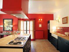 Les cuisines parées de rouge sont sexy et glamour. Elles arborent la couleur des tomates gorgées de soleil, des cerises à la chair tendre, des fraises sucrées et des piments relevés ! La cuisine rouge est à la fois chaleureuse et dynamique, comme le démontre ces exemples déco.