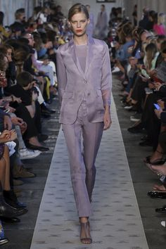 The complete Max Mara Spring 2018 Ready-to-Wear fashion show now on Vogue Runway. Women's Runway Fashion, Suit Fashion, Fashion 2018, Fashion Week, Fashion Pants, Daily Fashion, Fashion Outfits, Fashion Moda, Street Fashion