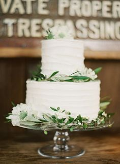 Wedding cake with olive branch | Apulian Wedding Isnpiration | Ispirazione dalla Puglia! http://theproposalwedding.blogspot.it/ #apulia #wedding #matrimonio #autumn #autunno #fall #wine #wineyard #olive #uliveto #oliva #verde #green #italy #italian #italia #rustic