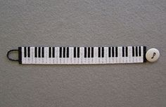Piano keyboard - Bead Magazine - to see full pattern requires registration, but… Seed Bead Patterns, Jewelry Patterns, Peyote Patterns, Crochet Music, Diy Friendship Bracelets Patterns, Bead Loom Bracelets, Bijoux Diy, Beads And Wire, Loom Beading