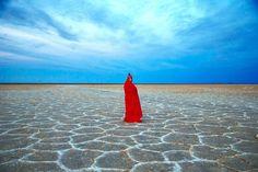 Una turista visita il lago salato di Khur, nel nordest dell'Iran. - (Ebrahim Noroozi, Ap/Ansa)