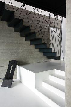 L'escalier contemporain peut être un élément fort de votre décoration intérieure.Si vous ne disposez que d'un espace restreint ou que l'escalier ne mène qu'à un espace secondaire, vous pouvez opter pour un escalier qui vous permettra de gagner de l'espace, comme l'escalier à pas décalés ou l'escalier hélicoïdal. Voici quelques réalisations qui relèvent le défi avec audace.