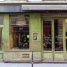 Les Étages bar in the Marais, so named because it is designed over several floors (étages) of a town house. It looks very different during opening hours but I liked the exterior. More Paris @aparisianmoment and @georgiannalane.