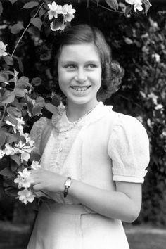 Princess Elizabeth, Princess Margaret, Royal Family History, Royal Films, Norman Hartnell, Margaret Rose, Honor Guard, Charity Event, Pink Tulle