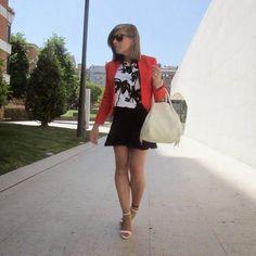 Un look femenino en blanco, negro y rojo