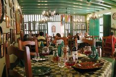 En la concurrida Calle Oficios, dentro del Hotel Valencia y a unos pasos de las plazas de Armas y de San Francisco encontramos La Paella, un restaurante que, como su nombre indica, está especializado en paellas y arroces.