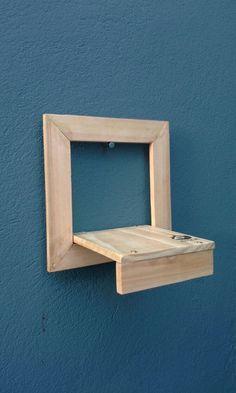 Suporte para vaso pequeno, pode ser usado na parede ou em mesas, bancadas, feito de madeira de reaproveitamento de pallets, muito lindo Moldura 22x22cm Suporte 15x15cm