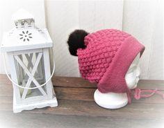 Barnelue m/pelsdusk Dusk, Winter Hats, Barn, Crochet Hats, Knitting Hats, Converted Barn, Barns, Shed, Sheds