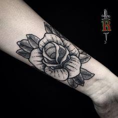 #blackwork #pontilhismo #dotwork #curitiba #tattoo #blackrose #traditionaltattoo
