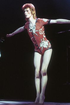 Why David Bowie Is And Always Will Be A Fashion Icon .And the king of glam rock.And the king of glam rock. Glam Rock, Bowie Ziggy Stardust, David Bowie Ziggy, Lady Stardust, Aladdin Sane, Tilda Swinton, Costume David Bowie, Mod Fashion, Fashion Week