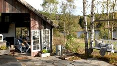 GOD UTEPLASS: Det bobler i skaperglede, hjertebank og ressursbruk på gården, som også er et sted for sinnsro og det å bare være. Sitter du rolig nok i vinduet kan du se elgen svømme over vannet og ta seg inn på åkeren nedenfor hovedhuset. Den hyggelige utestuen visker ut skillene mellom ute- og innerommet takket være en raus døråpning, og store, gamle vinduer. Oslo, Hygge, Country Style, Cabin, House Styles, Plants, Home Decor, Rustic Style, Decoration Home