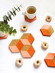 DIY home decor projects : This DIY geometric coasters can be used individually or put together to create a geometric trivet for serving. It's the cutest puzzle you'll ever see! Cork Crafts, Diy And Crafts, Sous Bock, Weekend Crafts, Ideias Diy, Cork Coasters, Cork Trivet, Diy Art, Easy Diy