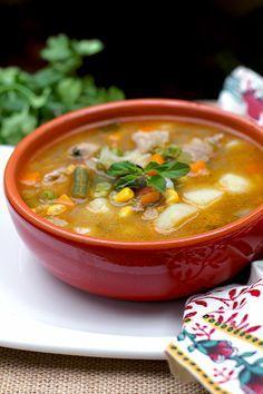 La Sopa de la Huerta, es una de las recetas más ricas y fáciles. Se prepara con un buen caldo y los vegetales que tengamos en casa. Muy saludable, nutritiva y ligera. A mí me recuerda la cocina de las abuelas, el campo, las áreas rurales donde se cultivan gran variedad de productos, que luego llegan a nuestras mesas. Es la cocina simple, de ir recogiendo lo que va dando la huerta… Esos vegetales de la temporada, se van echando a la olla y casi sin darnos cuenta, está lista… Así de sencillo! Fall Soup Recipes, New Recipes, Vegan Recipes, Comfort Foods, Columbian Recipes, Chowder Soup, Deli Food, Colombian Food, Mexican Food Recipes