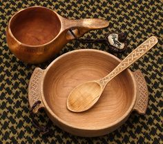 Technique decorate wood without really having to carve. You just make shallow lines with your knife and then rub cinnamon in the grooves to darken. Kuksa, bowl and spoon