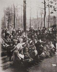 Viendo una obra de teatro en París,sobre 1910