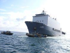 Het amfibisch transportschip Zr. Ms. Johan de Witt (L801) en twee Zweedse CB90 Combat Boats