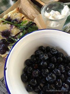 Blaubeer-Flammkuchen mit Ricotta, Basilikum und Balsamico    5 Minuten Zubereitungszeit    Rezept auf dem Blog    tarte flambée (french pizza) with blueberries, basil and balsamico glaze    prep time 5 minutes
