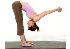 Yoga fix for bad posture- Standing Forward Bend Stand tall with feet hip-width apart. Interlace fingers behind back, pressing palms together and straightening arms behind you. Inhale, taking your gaze to the ceiling and bending backwa Posture Fix, Bad Posture, Better Posture, Improve Posture, Posture Exercises, Yoga Beginners, Beginner Yoga, Fitness Tips, Fitness Motivation