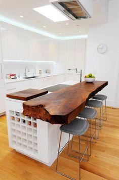 необычная столешница для кухни из деревянной необработанной доски
