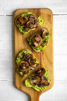 This spin on avocado toast includes savory, skillet mushrooms on top. Perfect for a vegan lunch, brunch or snack. Avocado Toast, Avocado Dessert, Kefir, Delicious Vegan Recipes, Healthy Recipes, Pumpkin Mac And Cheese, Mushroom Toast, Avocado Salat, Marinated Salmon