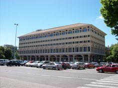 PALAZZO STURZO  Opera dell'architetto Saverio Muratori, fu costruito tra il 1955 e il 1958. Fino al 1992, insieme al Palazzo Cenci Bolognetti di Piazza del Gesù, sede del direzione del partito, fu una delle più importanti sedi della Democrazia Cristiana: ospitò la Sede centrale del partito. L'edificio, a pianta chiusa, è caratterizzato da otto piani, un cortile interno