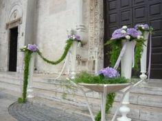 http://www.lemienozze.it/operatori-matrimonio/fiori_e_addobbi/fiori_d_arancio_fioristi.php    Composizione floreale sul lilla per la cerimonia religiosa