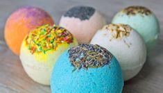 Mit Lebensmittelfarbe und getrockneten Blüten Badekugeln variieren