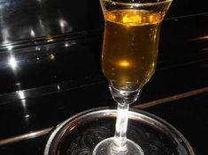 Φατουράδα, παραδοσιακό λικέρ Κυθήρων (με κανέλα & γαρύφαλλο) Hurricane Glass, Diy Food, Flute, Champagne, Food And Drink, Drinks, Tableware, Recipes, Liqueurs