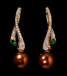 Mousson Atelier, collection Undina, earrings, Yellow gold 750, Pearl, Emerald, Diamonds